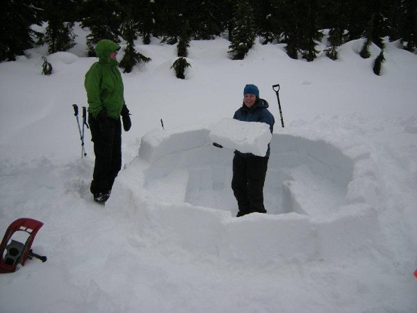 Building the walls of an igloo