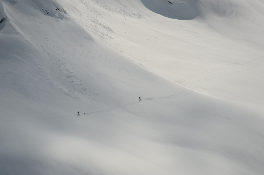 Skiers returning to the pass. (Photo by Peter Margetak from the summit of Pokosha Peak)